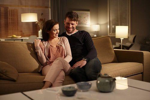 fidanzati che utilizzano lampadina smart
