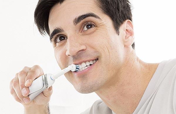 spazzolino elettrico oral b pro 2000 in uso