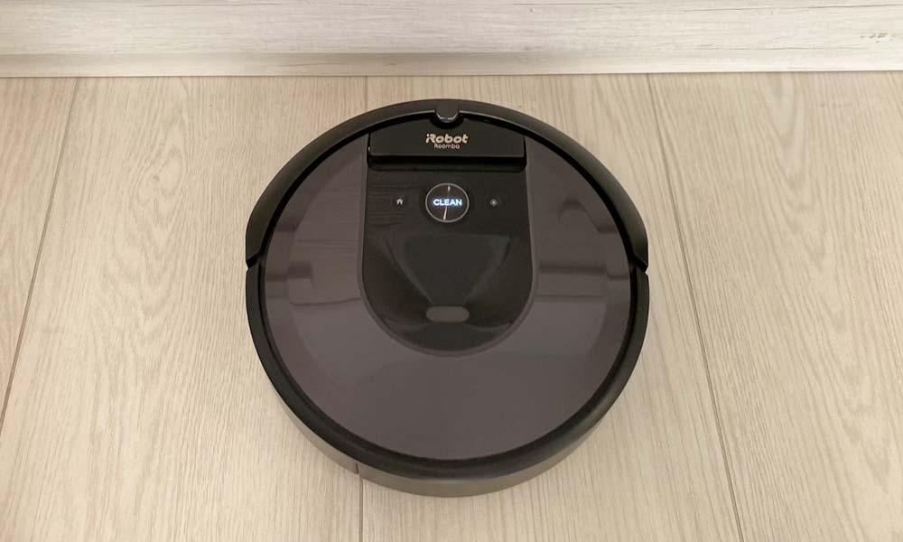iRobot Roomba i7+ durante l'aspirazione