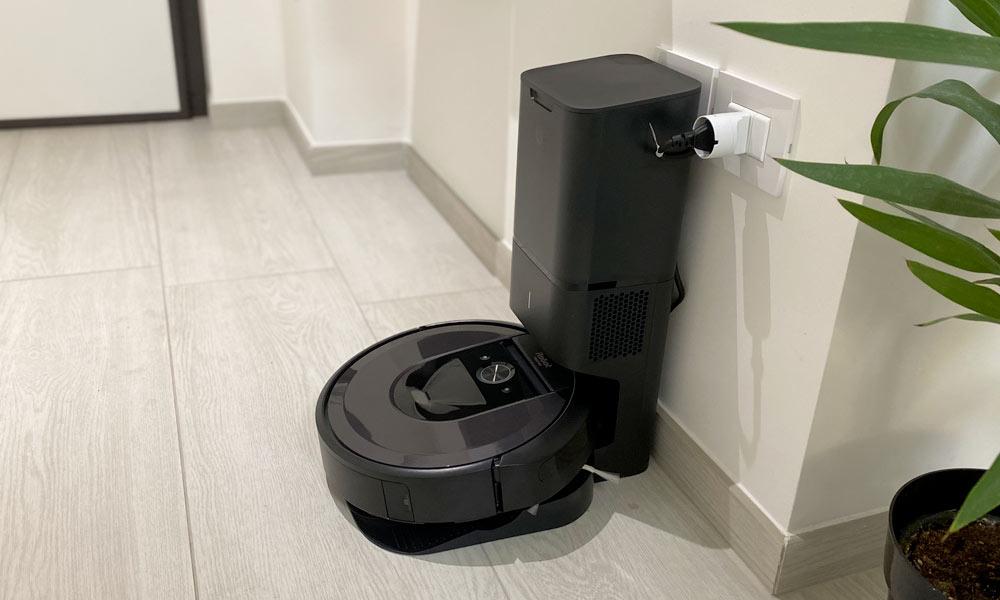 L'iRobot Roomba i7+ nella stazione di ricarica e svuotamento