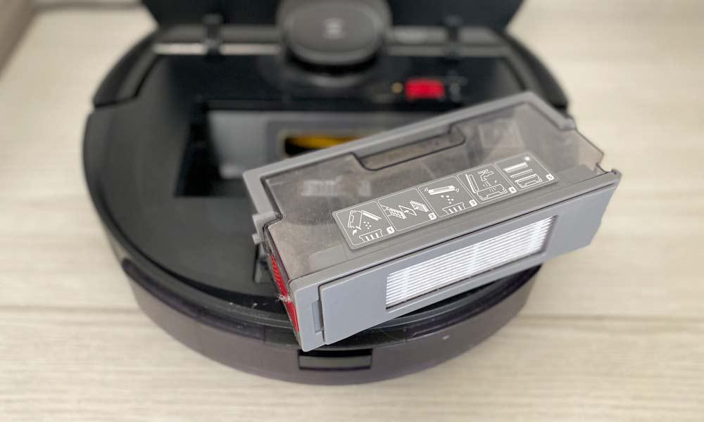 pulizia del contenitore della polvere di un robot aspirapolvere