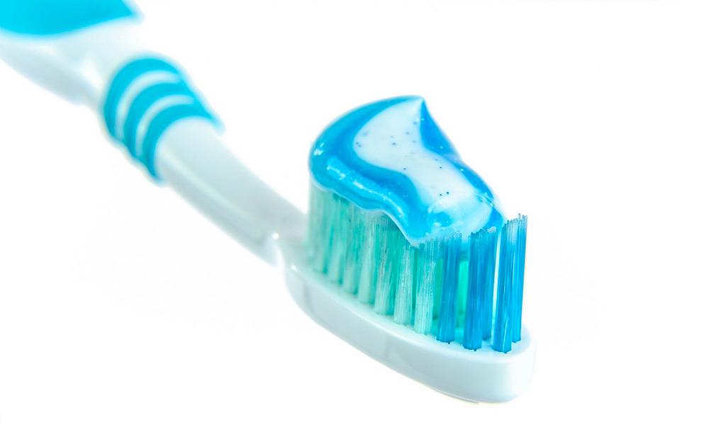 Uno spazzolino manuale